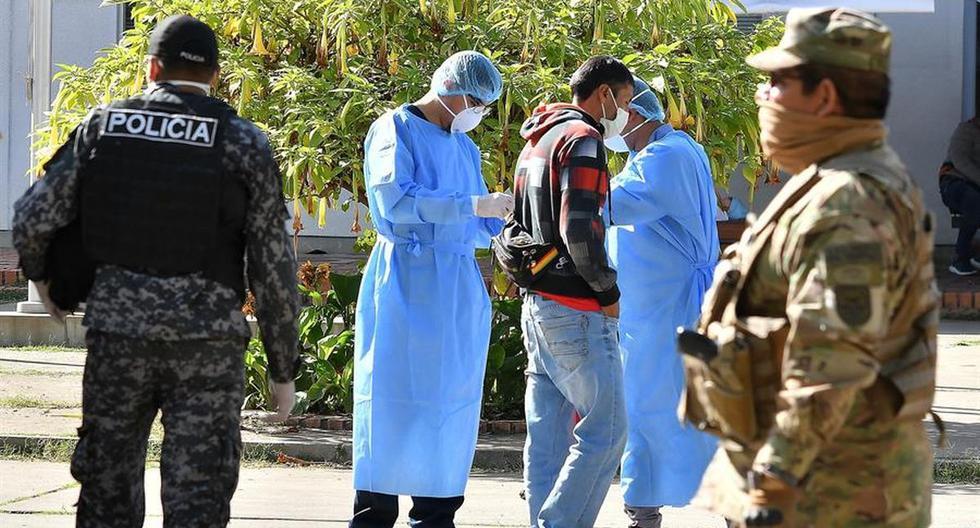 Policías y funcionarios de salud realizan las medidas de prevención en Cochabamba. EFE/Jorge Abrego.