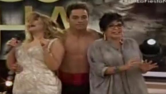 Thiago Cunha sorprendió a la ´señito' y Michelle Alexander con sensual baile en la final de 'Reyes del show' . (Foto Captura)