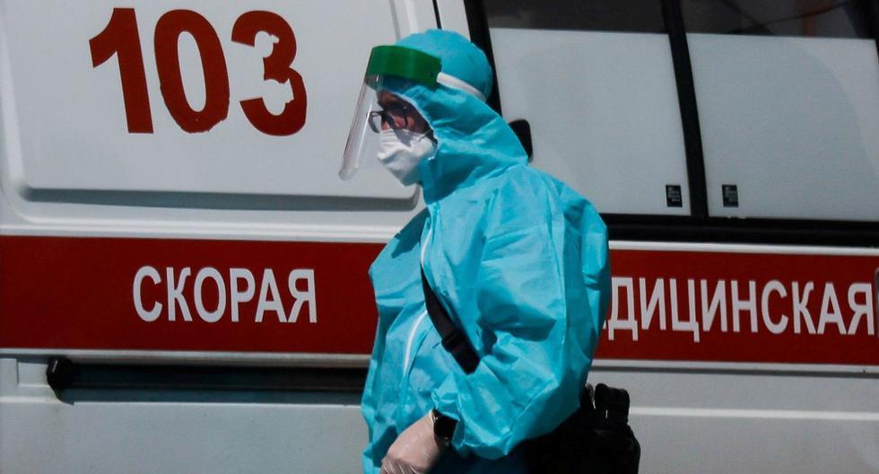 Un médico especialista camina junto a una ambulancia fuera de un hospital para pacientes infectados con coronavirus (COVID-19) en Moscú, Rusia, 16 de junio de 2021. (REUTERS/Maxim Shemetov).