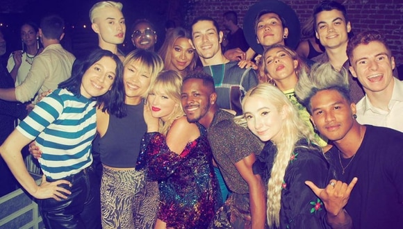 Taylor Swift sí que sabe cómo divertirse y de paso, convertirse en tendencia mundial. (Foto: @taylorswift13 en Twitter)