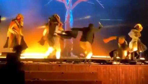 Momento en que sujeto ataca a actores durante una presentación musical en Arabia Saudita. (Foto: Captura de video)