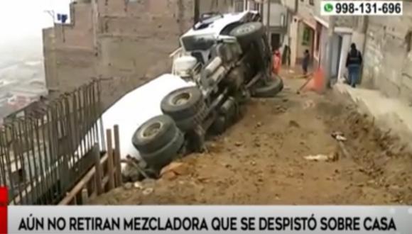 Camión mezclador de cemento lleva casi un día en cerro El Pino tras despistarse. Foto: captura América Noticias