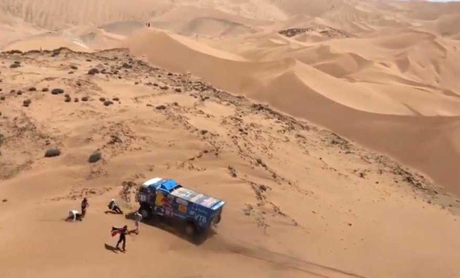 Terrible momento se vivió en la quinta etapa del rally Dakar. (Captura y video: Facebook)