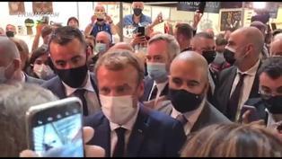 Lanzan un huevo contra el presidente Emmanuel Macron en Francia