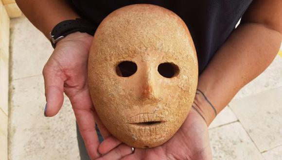 La pieza está tallada en piedra caliza amarillo rosácea y con cuatro agujeros en su perímetro, probablemente para atarla a un rostro humano vivo o a un palo o similar para su exhibición, fue hallada hace meses. (Foto: EFE)