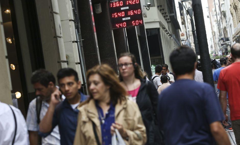 Debido a la alta inflación que sufren los argentinos, la mayoría busca refugio en el dólar. (Foto: EFE)
