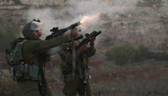CONTROL. Soldados israelíes repele con gas manifestación palestina. (AP)