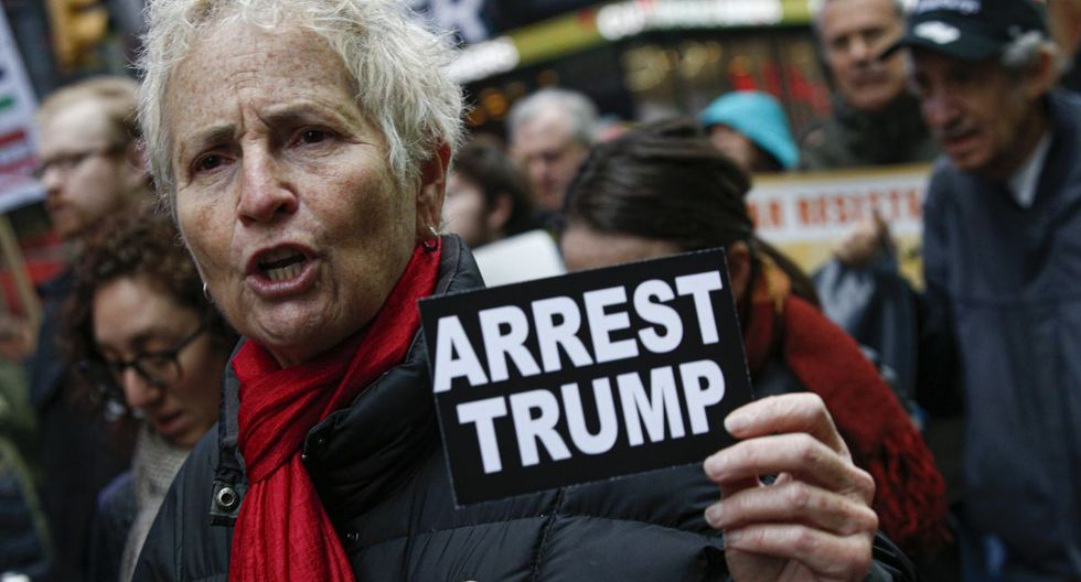 """Los manifestantes en Nueva York sostenían carteles que decían """"No más guerra ni sanciones a Irán"""" y """"Arrestar a Trump"""". (AFP)"""