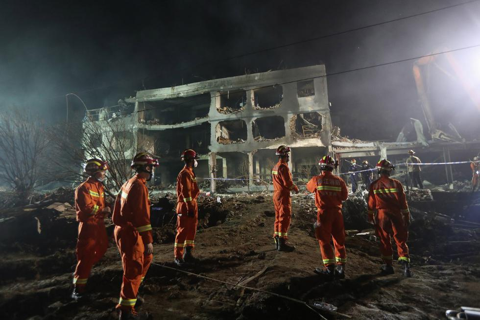 This photo taken on June 13, 2020 shows rescuers searching for survivors in a building damaged by a tanker explosion near Wenling, in China's eastern Zhejiang province. - The number of people killed in a tanker truck explosion on a highway in eastern China has climbed to 18, with nearly 200 more injured, local authorities said on June 14. (Photo by STR / AFP) / China OUT