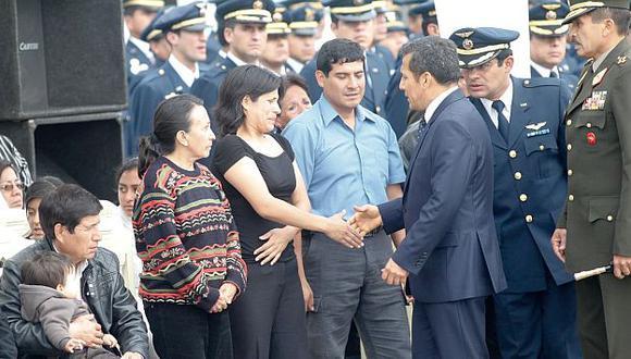 El mandatario Ollanta Humala da sus condolencias a los deudos del teniente abatido. (Andina)