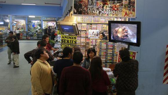 MANO DURA. Ofertan este tipo de información en galerías del Cercado de Lima. (USI)