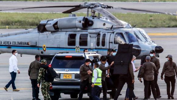 El presidente de Colombia, Iván Duque (4-derecha), camina rodeado de guardaespaldas cerca del helicóptero presidencial en la pista del Aeropuerto Internacional Camilo Daza luego de que fuera alcanzado por disparos en Cúcuta, Colombia, el 25 de junio de 2021. (AFP / Colombian Presidency / Schneyder MENDOZA).