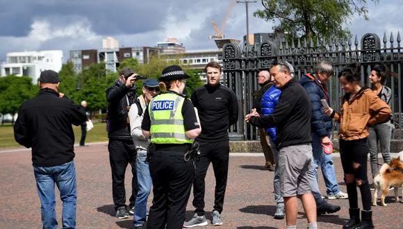 La policía de Inglaterra interviene una reunión en Glasgow de quienes se oponen al confinamiento por coronavirus el 16 de mayo de 2020. (Foto: Andy Buchanan / AFP).