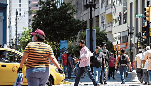Aunque siguen en alerta amarilla, gran cantidad de ecuatorianos ya circulan en las calles para diversas actividades.
