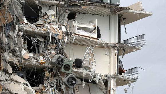 Artículos y escombros cuelgan de una sección del Condominio Champlain Towers frente al mar que colapsó parcialmente el jueves 24 de junio de 2021 en el área de Surfside de Miami, Florida (Estados Unidos). (Susan Stocker/South Florida Sun-Sentinel/AP).