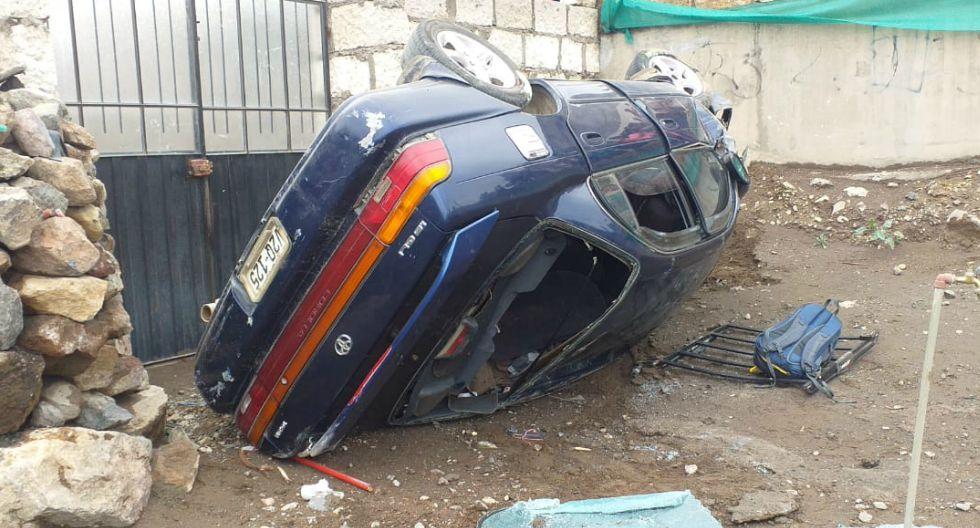 Autómovil se despista y cae por pendiente en patio de vivienda en Arequipa (GEC)