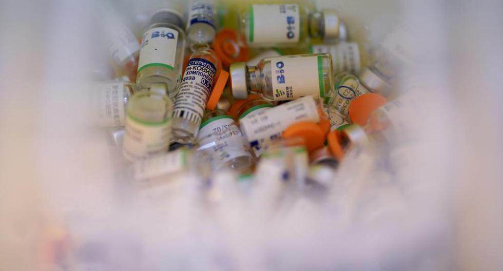 Frascos vacíos de las vacunas rusa Sputnik V y la china Sinopharm contra el COVID-19 llenan un contenedor en el Parque Tecnopolis que ha sido reutilizado como centro de inmunización, en Buenos Aires, Argentina, el jueves 15 de abril de 2021. (AP Foto/Víctor R . Caivano).