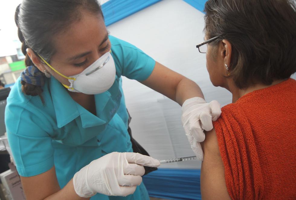 EsSalud informó que unos 13 mil asegurados adultos mayores, afiliados al Programa de Atención Domiciliaria (Padomi), serán vacunados contra la influenzaestacionaria. (Foto: EsSalud)