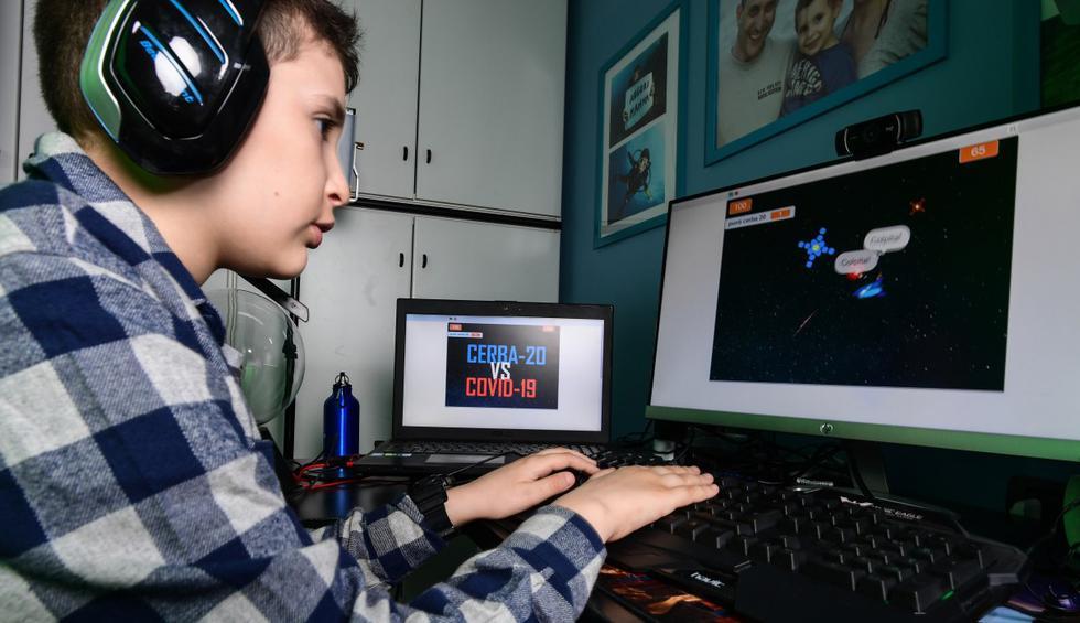 A los nueve años, el confinamiento por coronavirus junto a los padres puede ser tedioso. Así que Lupo, un niño de Milán en Italia, decidió crear su propio videjuego para jugar en línea con sus amigos. (Miguel MEDINA / AFP).