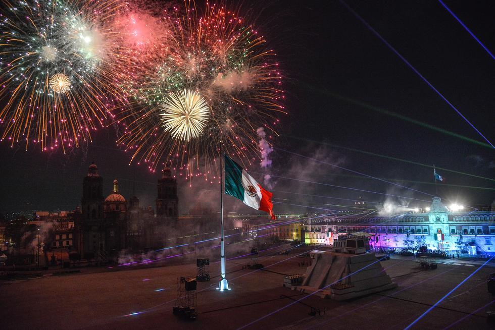 Fotografía que muestra luces y juegos pirotécnicos en el cielo de la Plaza del Zócalo durante la ceremonia del 211 aniversario del Grito de Independencia, en Ciudad de México. (Foto: EFE/ Mario Guzmán)