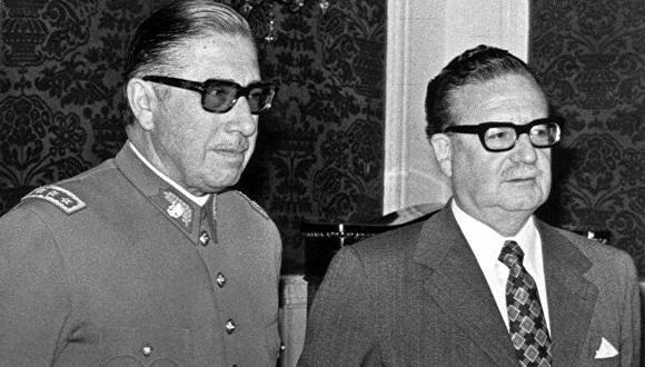ALTA TENSIÓN. El general Augusto Pinochet al lado del entonces presidente Salvador Allende, a quien traicionaría para emprender un golpe de Estado. (AFP)