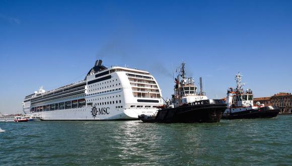 Venecia | Enorme crucero choca con muelle y bote turístico en canal de Italia. (AFP)