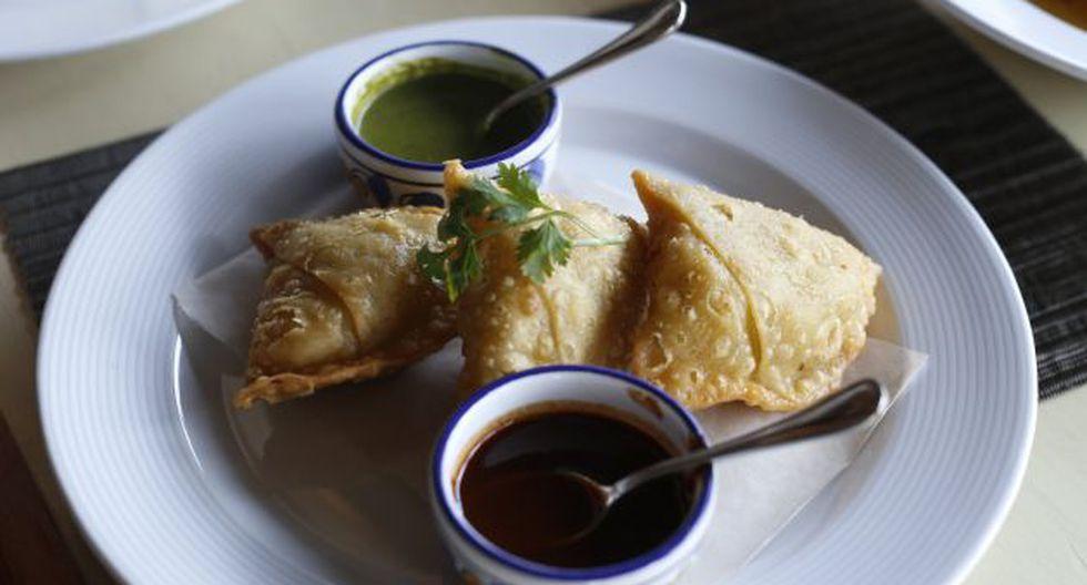Sabor hindú. Chicken tikka massala y samosas, empanadas hechas a base de harina de trigo.
