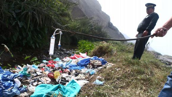 PELIGROSO. Material médico, que tenía restos de sangre, fue arrojado a canal Cañón de Carabayllo. (Rafael Cornejo)
