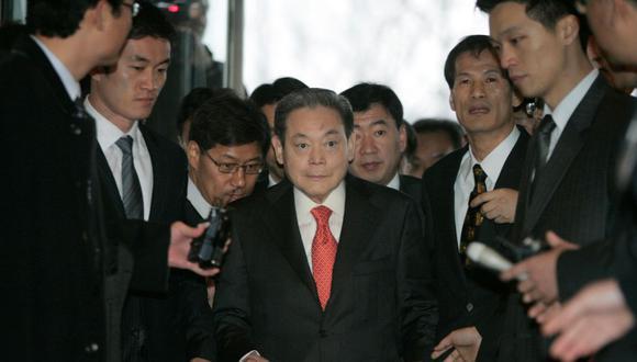 El presidente de Samsung Group, Lee Kun-hee, llega a la oficina principal de la Federación de Industrias Coreanas, el grupo de presión empresarial más grande del país, para reunirse con el presidente electo Lee Myung-bak con otros empresarios en Seúl. (REUTERS/Han Jae-Ho).