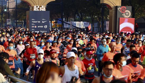 Los corredores participan en el maratón de Shanghái pese al coronavirus. (Foto: STR / AFP)