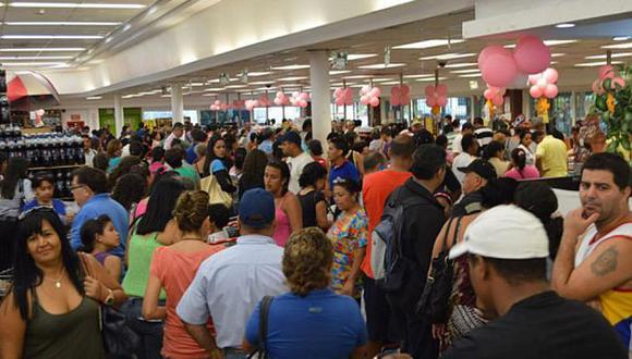 Colas en los supermercados de Venezuela superan las mil personas. (Noticierodigital.com)