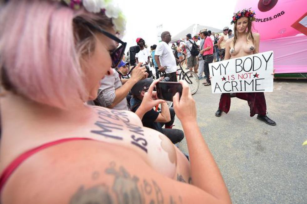 Día del Topless: Así se desarrolló la décima edición de esta marcha. (AFP)