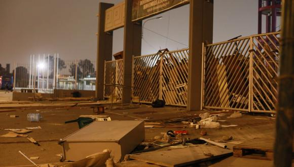 Estudiantes tomaron el campus universitario. Colocaron maderas y otros objetos para obstruir el ingreso de la PNP. (Foto: GEC)