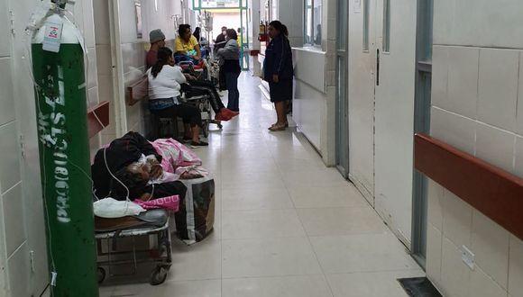 Los pacientes son atendidos en los pasillos del hospital Santa Rosa por la falta de camas.