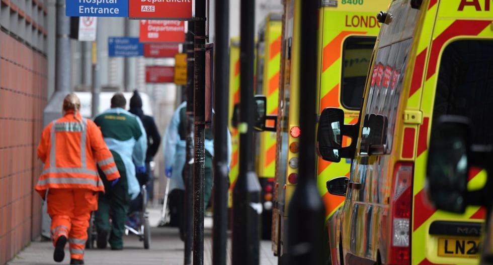 Los paramédicos descargan a un paciente de una ambulancia frente al Royal London Hospital en el este de Londres, el 8 de enero de 2021. (Ben STANSALL / AFP).