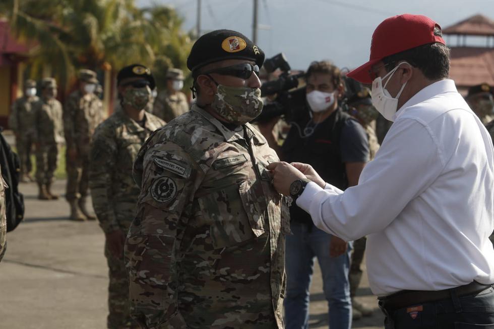 Condecoran a los valientes agentes de las fuerzas del orden. Foto: César Campos