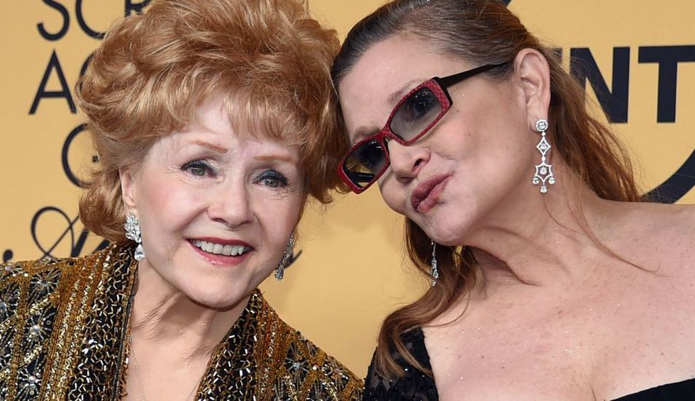 Carrie Fisher y su madre Debbie Reynolds. (Foto: AFP)
