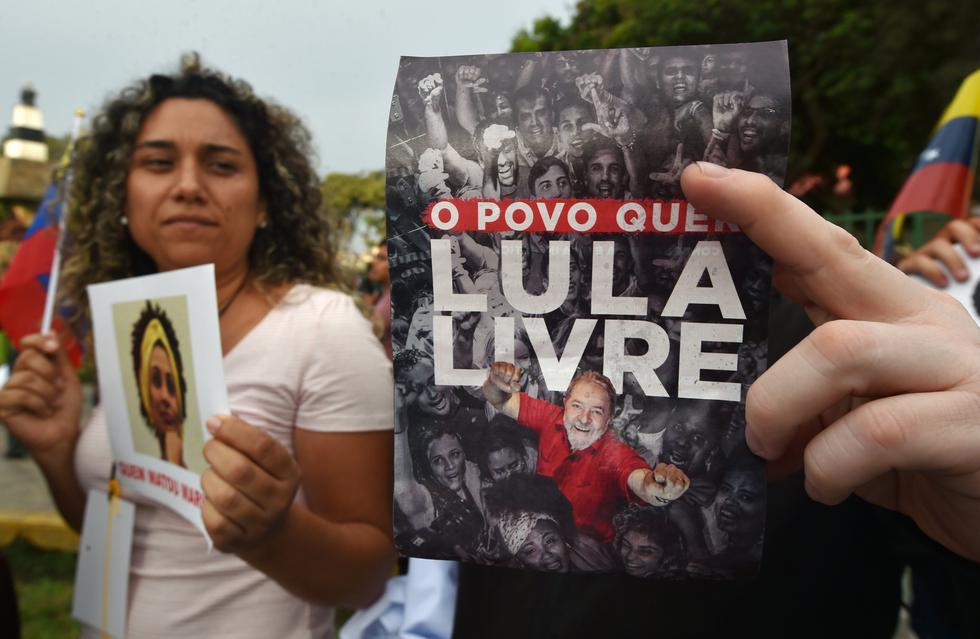 Alcaldía de Curitiba señala que unas 500 personas aguardan a las afueras de la Superintendencia de la Policía Federal en donde 'Lula' cumple una condena por corrupción y lavado de dinero (AFP).