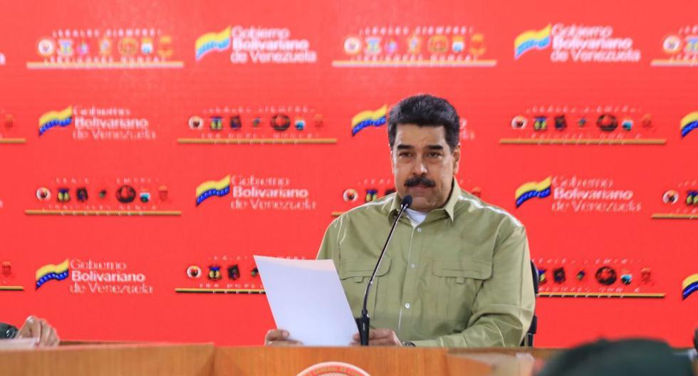 Folleto publicado por la Presidencia venezolana que muestra al presidente de Venezuela, Nicolás Maduro durante una reunión con miembros de las Fuerzas Armadas Nacionales Bolivarianas (FANB), en el Palacio Presidencial de Miraflores en Caracas el 21 de mayo de 2020. (AFP / JHONN ZERPA).