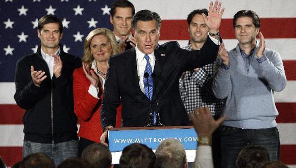 Romney junto a su esposa e hijos esta madrugada en Iowa. (AP)
