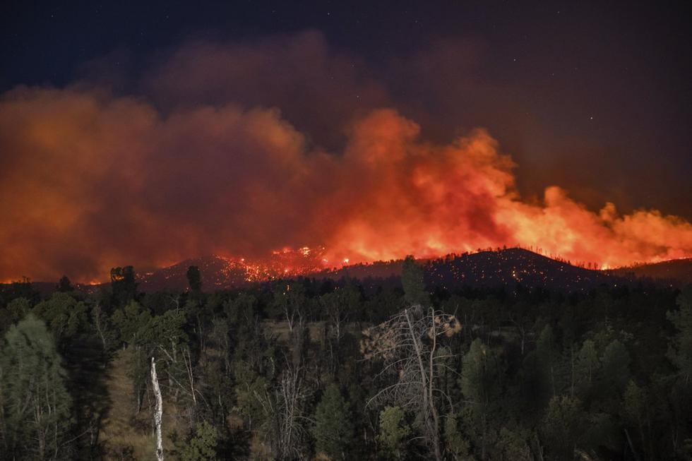 Las llamas del incendio Zogg son captadas cerca de Igo, California (Estados Unidos), el 28 de setiembre de 2020. (AP/Ethan Swope).
