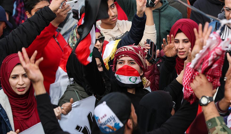 Los manifestantes iraquíes gritan consignas durante las continuas protestas antigubernamentales en Bagdad. (Foto: Reuters)