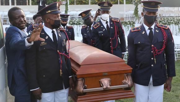 Soldados de la guardia de las Fuerzas Armadas de Haití llevan el ataúd del asesinado presidente Jovenel Moise antes de su funeral, el 23 de julio de 2021. (Valerie Baeriswyl / AFP).