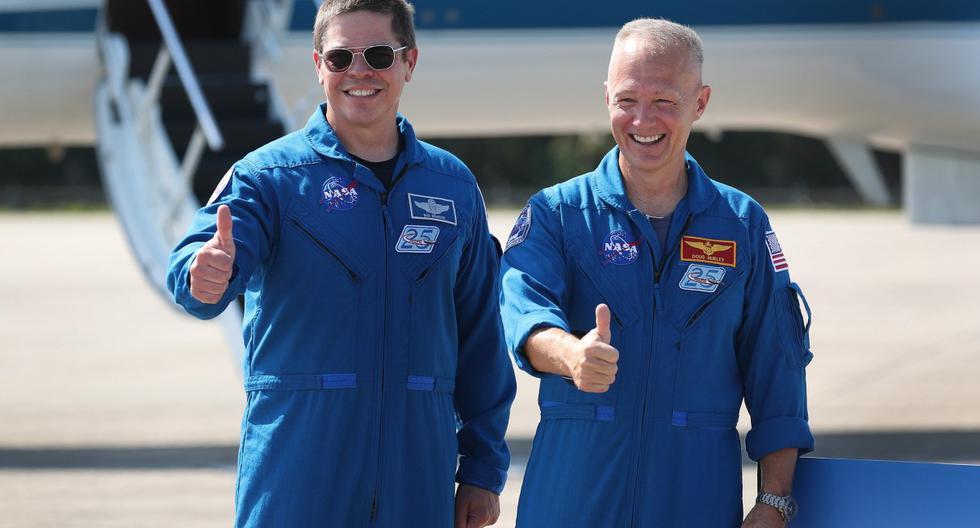 Los astronautas de la NASA Bob Behnken (izquierda) y Doug Hurley (derecha) posan para los medios después de llegar al Centro Espacial Kennedy el 20 de mayo de 2020 en Cabo Cañaveral, Florida. (Joe Raedle/Getty Images/AFP).
