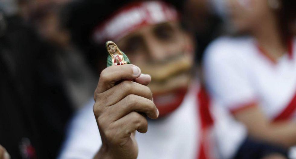 Peruanos rezan para salir victoriosos en este importante encuentro. (Foto: Renzo Salazar)