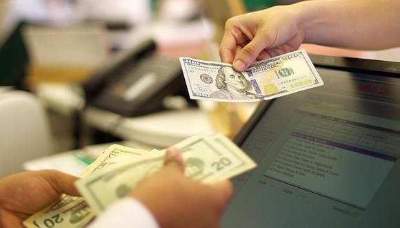 En los bancos, el dólarregistraba un precio de compra de hasta S/3.290 y un precio de venta de hasta S/3.612 en horas de la mañana este miércoles. (Foto: El Comercio)
