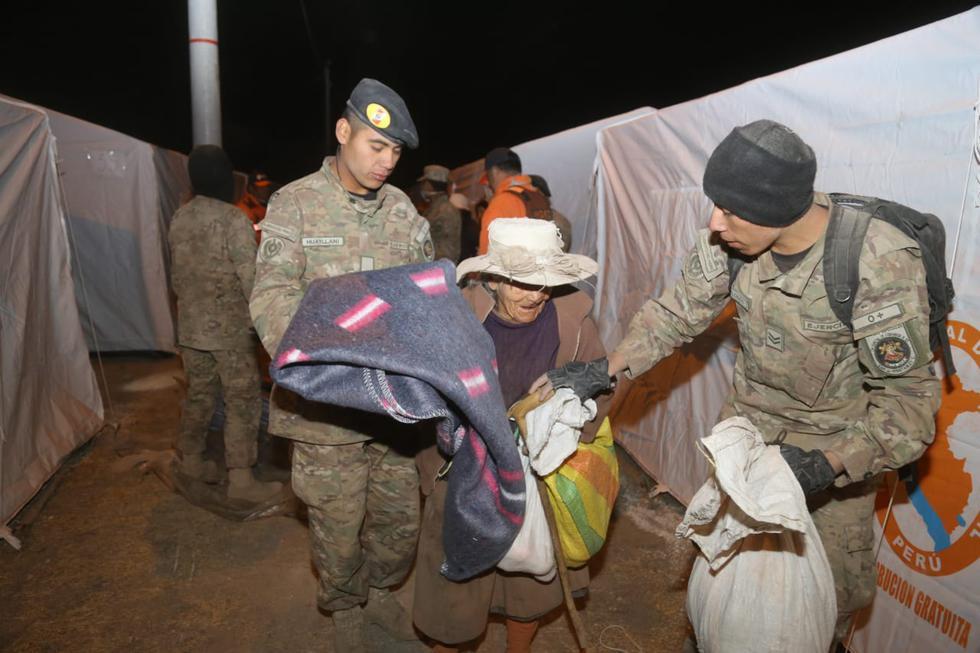 Familias deberán pernoctar en las carpas instaladas sobre un campo deportivo ubicado a 13 kilómetros de la zona de la emergencia. (COEN)
