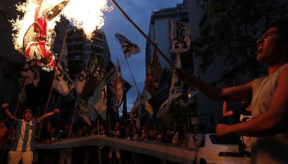 MAnifestantes argentinos queman una bandera del Reino Unido. (Reuters)