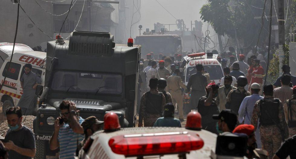 Vehículos de bomberos llegan al lugar del accidente del avión de la compañía Pakistan International Airlines (PIA). (REUTERS/Akhtar Soomro).