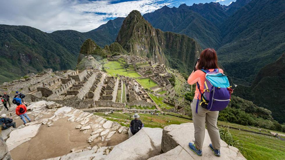 Machu Picchu, Perú - Si bien es uno de los destinos turísticos más visitados en los últimos 10 años, Machu Picchu también ha colapsado desde las vías de acceso hasta los alojamientos, Hasta el 2016, se contabilizó que 5.000 personas visitaban diariamente el santuario inca. Si deseas otras opciones, puedes visitar Arequipa, un destino con una gastronomía espectacular.